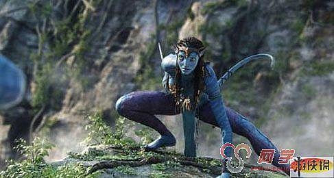 《阿凡达》这部电影从要素上讲,融合了侏罗纪公园,魔戒,终结者的要素,视觉效果绝对是前无来者。音乐也是苏格兰风,有泰坦尼克遗韵。而在剧情和场景人设上,《阿凡达》需要向war致敬,因为剧情就是WAR3的混乱之治的剧情。区别就是UD变成了人族,暗夜变成了巨魔。更重要的是《阿凡达》的种种风格和《魔兽世界》几乎一样,潘多拉星球上女主角纤细的身材,长长的耳朵,发光的眼睛,拉弓射箭的样子,不就是暗夜精灵女猎人吗?外星景物好像是魔兽中永夜森林加上纳格兰再加上其他地域的混合体。